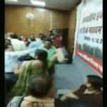 आवास आवंटन में धांधली होने पर महिला ने अधिकारी की कर दी चप्पल से धुनाई (देखें वीडियो)